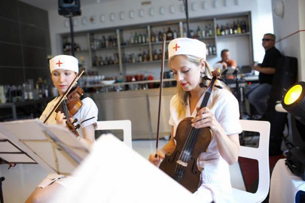 Music-by-Nurse-at-restaurant