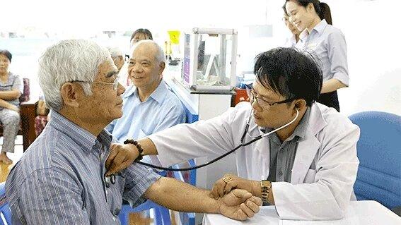 Doctor-evaluating-publics-health